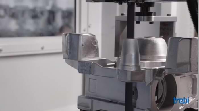 Robots in produzione all'interno di una fonderia