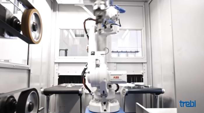 Robot per sbavatura e finitura in azione