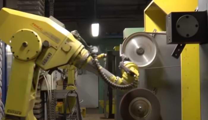 Robot sbavatura industriale eseguita in isola robotizzata