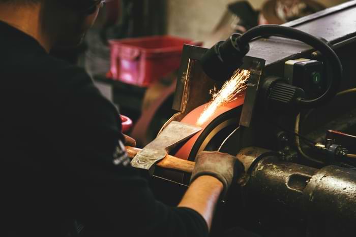 Il processo di lavorazione manuale di metalli usciti dagli stampi è pericoloso