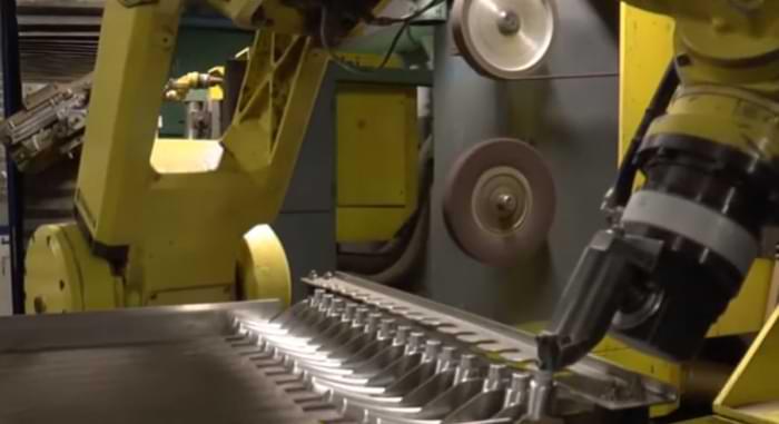 Robot antropomorfo all'opera durante una sbavatura