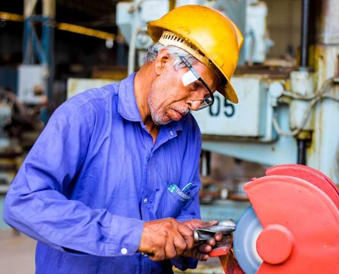 La sbavatura manuale è rischiosa per gli operatori