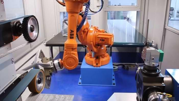 Processo di sbavatura dell'alluminio in isola robot