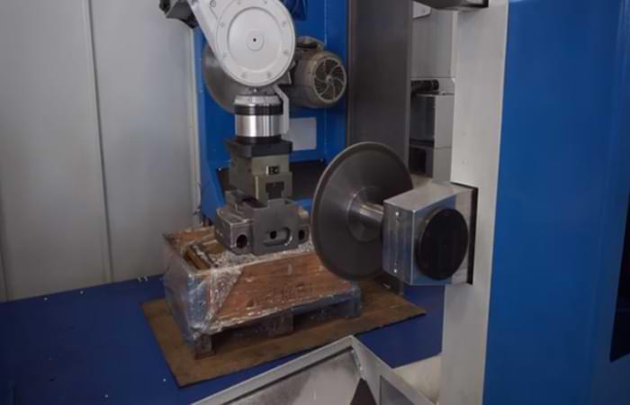 La sbavatura di una superficie metallica