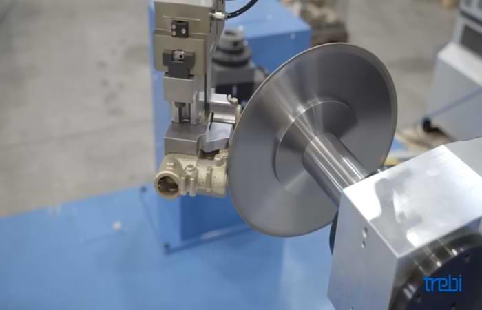 Rimozione delle bave metalliche con robot