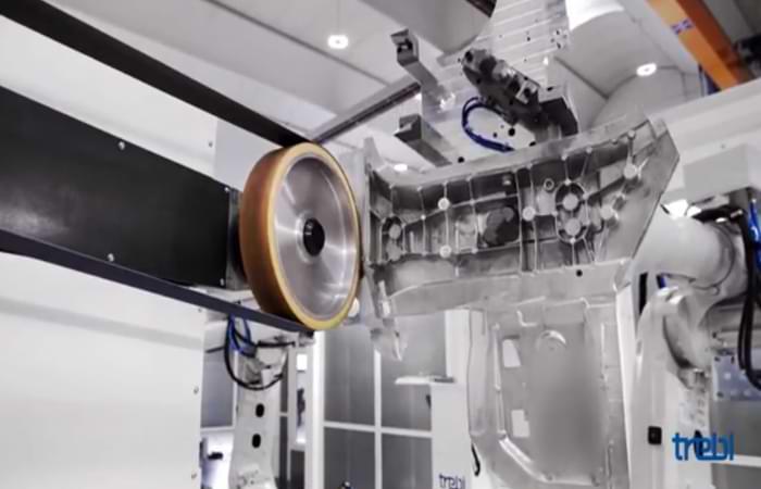 Sbavatura di un componente in alluminio con robot
