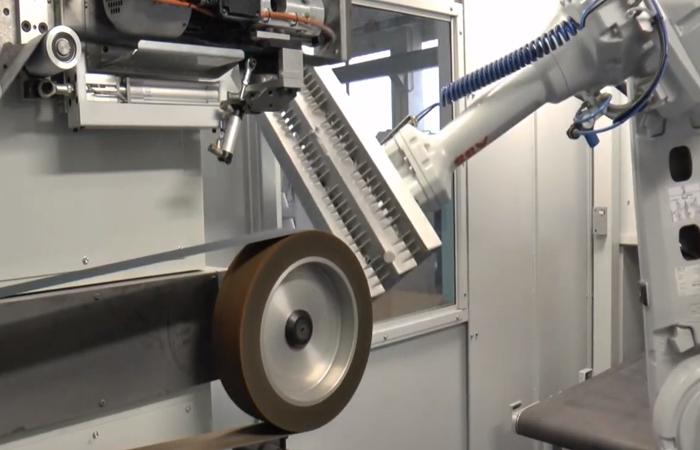Sbavatura con robot su componente per carpenteria