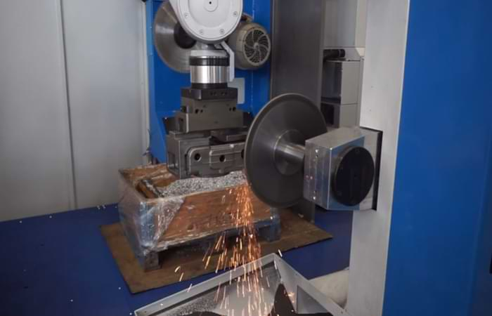 Sbavatura robotizzata di una componente metallica