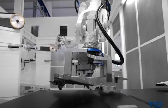Sbavatura dell'alluminio con un robot