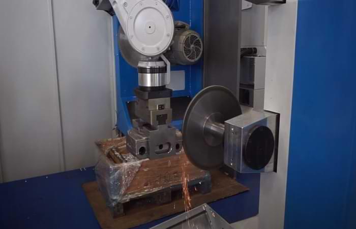 Sbavatura meccanica dell'acciaio con robot
