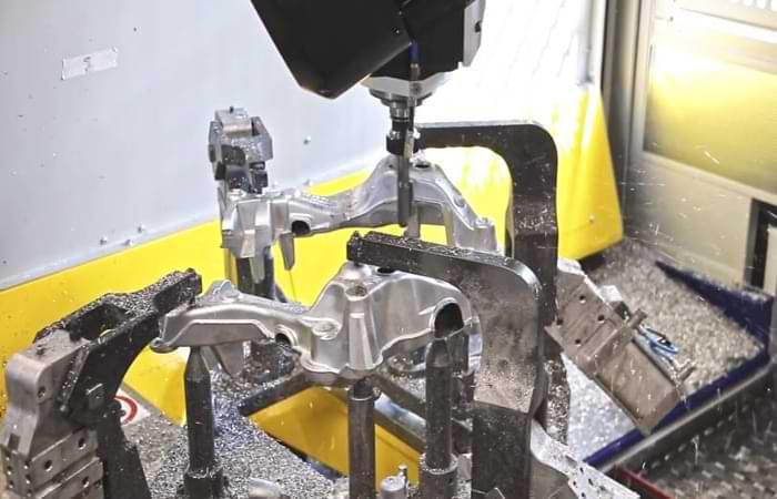 Sbavatura meccanica con i robot