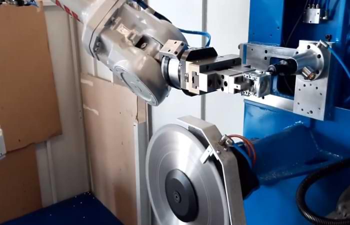Sbavatura meccanica all'interno di un'isola robotizzata